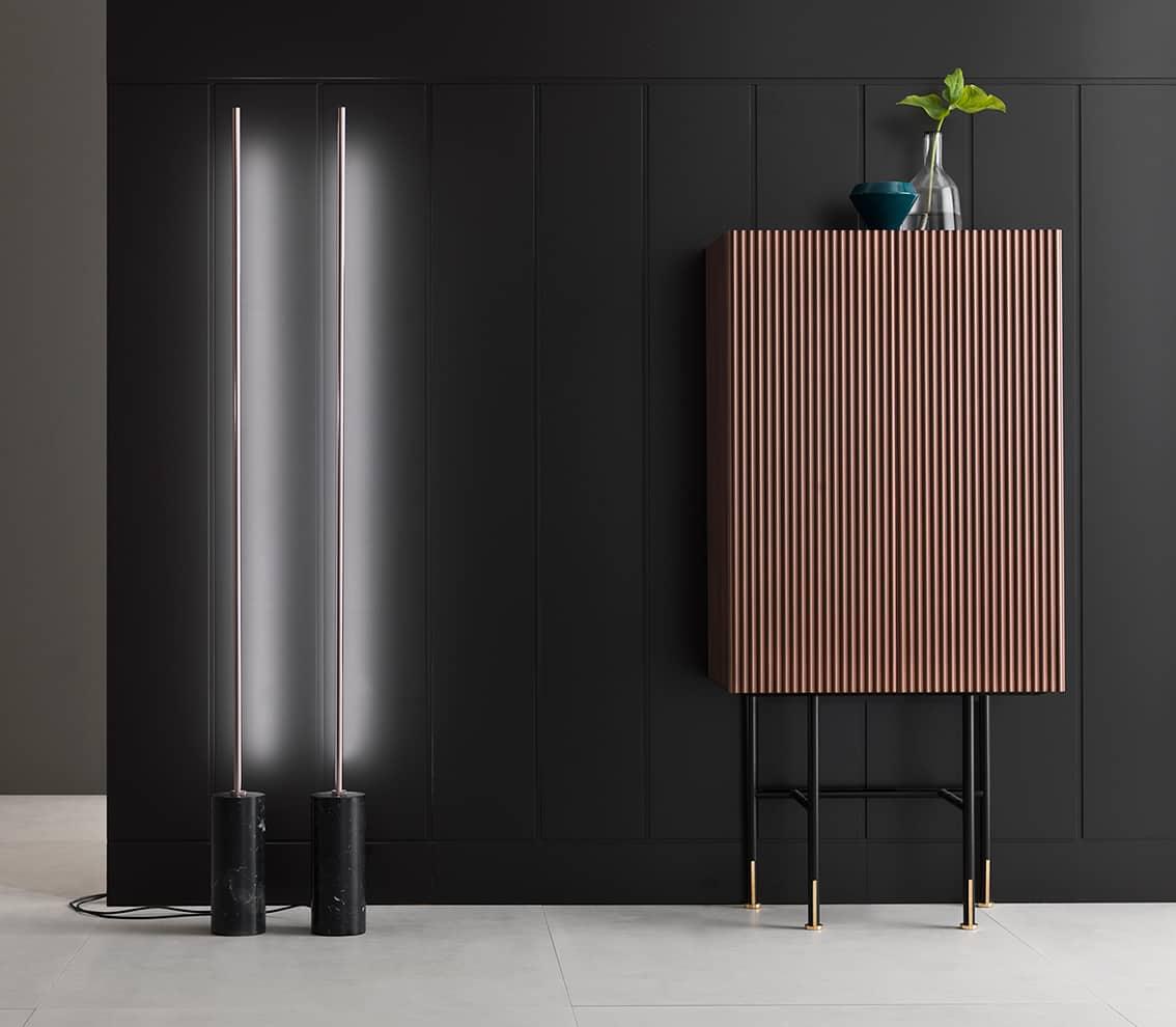 Bar Aero avec surface gravée de motifs ondulés, reposant sur une structure métallique agrémentée de laiton. 73 x 45 x H 152. Design Alessio Bassan. ©Capo d'Opera