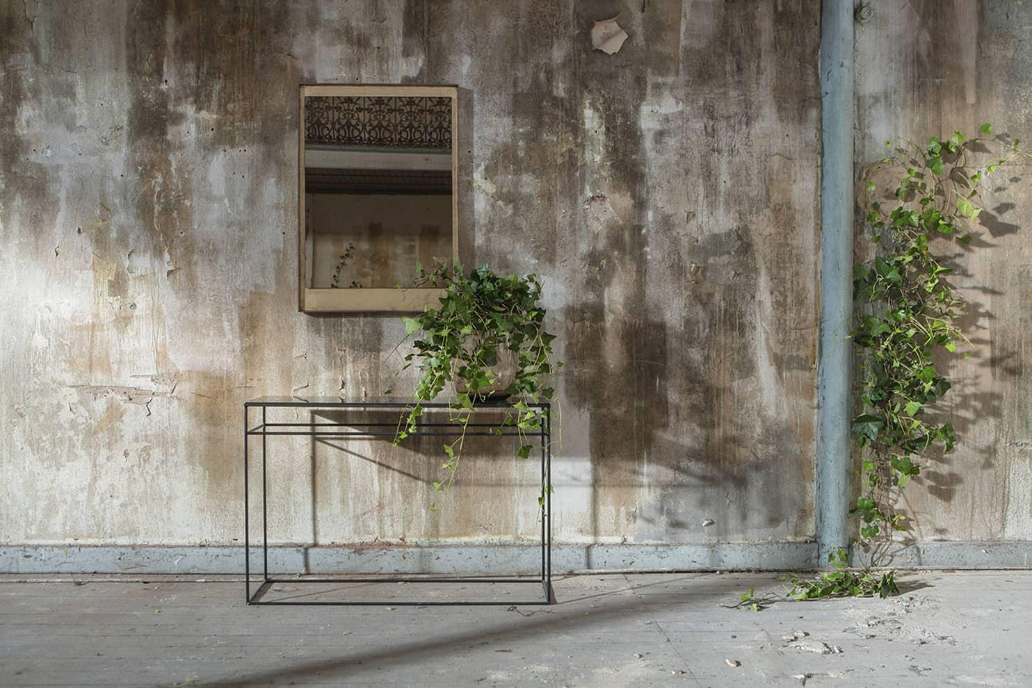 Notre Monde - Console acier bronze cuivré L 122 x P 36 x H 81 cm. Miroir Wall bronze et noyer. L 71 x H 102 x P 4 cm. ©Notre Monde