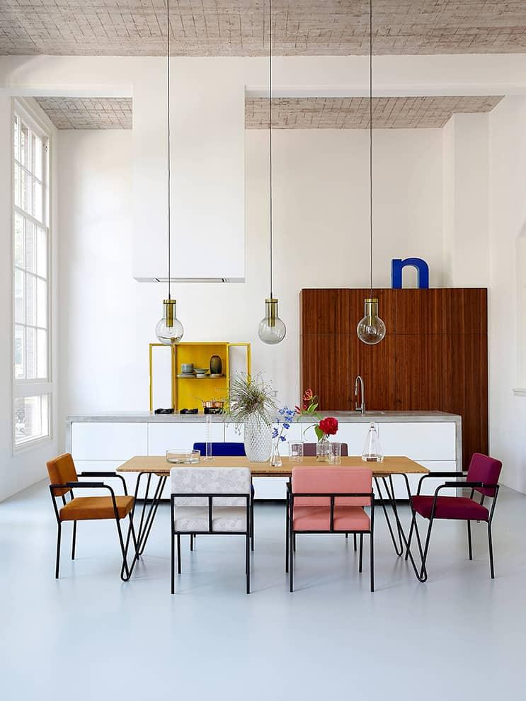 Fest Amsterdam - Collection d'assises Monday, en tissu Kvadrat. Table Ray en bambou et vases Facet. ©Fest Amsterdam