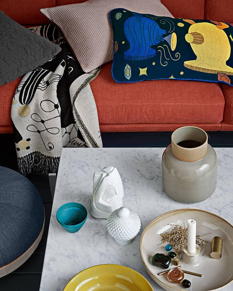 Fritz Hansen - Collection d'objets dont le coussin en coton et le plaid en laine de Jaime Hayon et la série de vases, bols et bougeoirs en faïence de Cecilie Manz. ©Republic of Fritz Hansen
