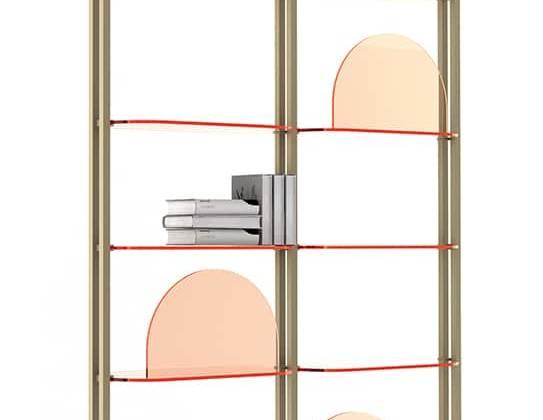 Arflex, Alba - Bibliothèque polyvalente avec étagères en verre coloré et structure en métal. L 70/81,5 x P 30 x H 268/290 cm. Design Bernhardt & Vella. ©Arflex