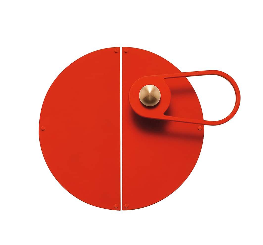 Bonnemazou - Cambus, Goutte Light - Poignée de porte avec plaque décorative Lune rouge corail laqué et bouton Bille en laiton brossé vernis satin. Finitions exécutées à la main dans l'atelier parisien. ©Bonnemazou - Cambus