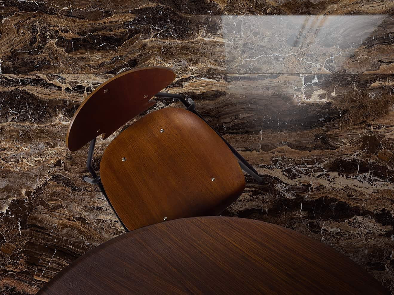Dalles en grès cérame Grande, effet marbre, modèle Frappuccino. Finition Lux. 20 x 120 ou 120 x 240 cm. ©Marazzi