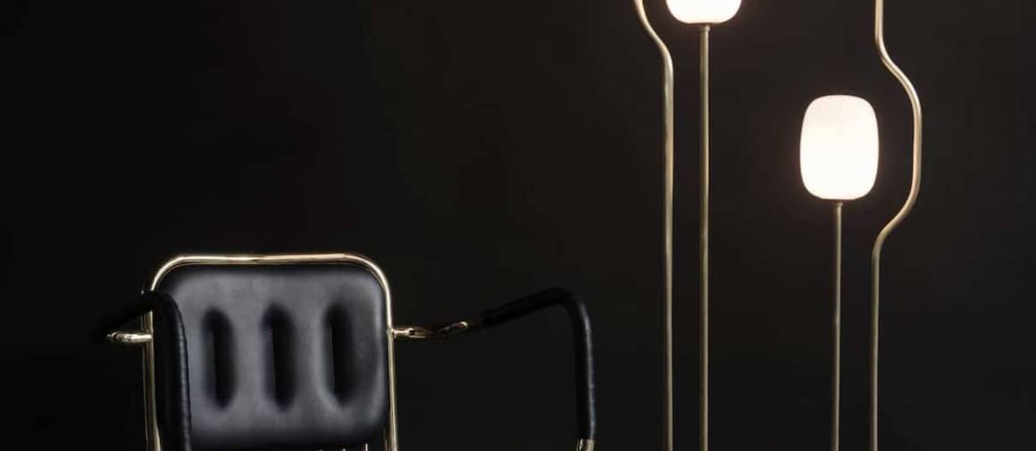 Comet, constellation lumineuse (Studio Dan Yeffet), présentée ici avec le fauteuil Racer (Collection Particulière), à la structure en laiton poli, assise et accoudoirs revêtus de cuir noir.