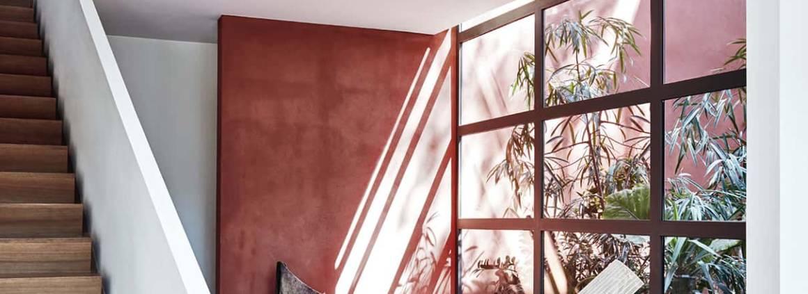 Knoll, Womb Settee Relax - Fauteuil emblématique de 1948 par Eero Saarinen. Nouvelle finition, structure en chrome poli tapissé de velours Eva ©Knoll