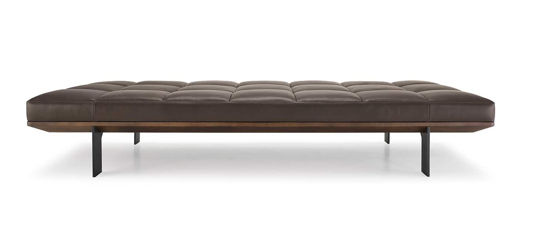 Frag, Hudson - Day bed en bois massif et piètement en métal peint brossé. Assise en cuir surpiqûres matelassées. H 37,5 x L 210 x P 90 cm. Design Gordon Guillaumier. ©Frag