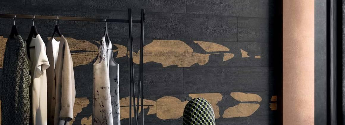 Grès cérame Notte Koi et Notte, collection Kasai, inspirée de la technique artisanale traditionnelle du Japon, où le bois est travaillé par brûlure, en carbonisant principalement le bois de cèdre pour le protéger et le conserver. 25 x 150 cm. ©Refin Ceramiche