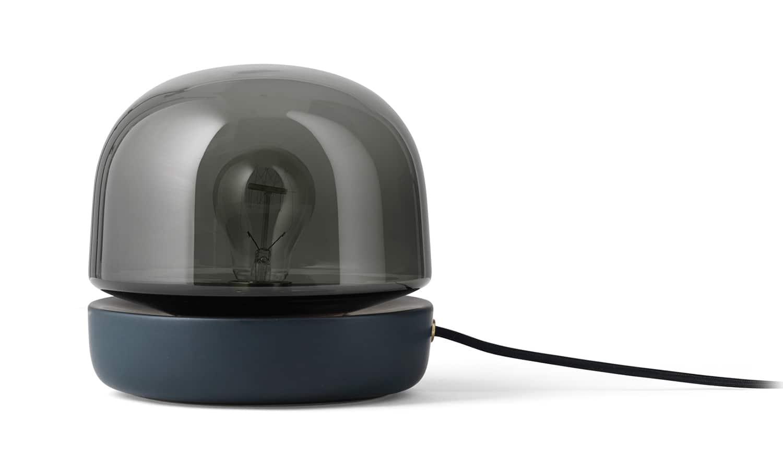 Menu, Stone - Lampe à poser polyvalente, lumière douce diffusée par un verre opale et socle en céramique. Version anthracite. ø 20 x H 19 cm. Design Norm Architects. ©Menu
