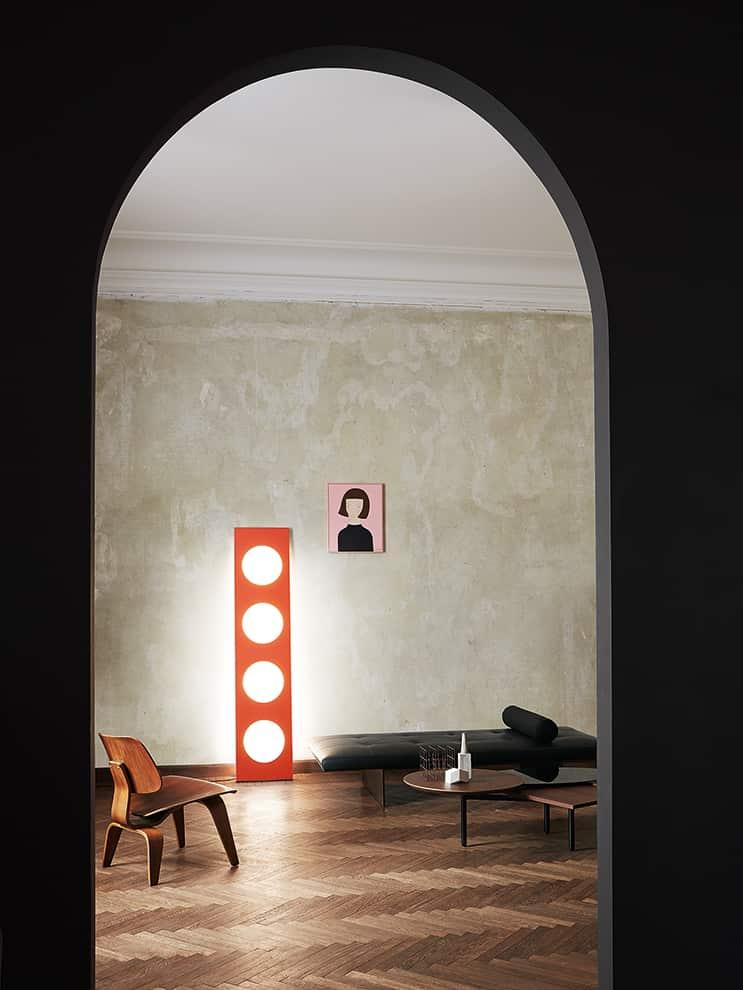 Foscarini, Dolmen - Luminaire monolithe phare des années 90 de Ferruccio Laviani, revisité avec la technologie LED. En aluminium. H 180 cm. ©Foscarini