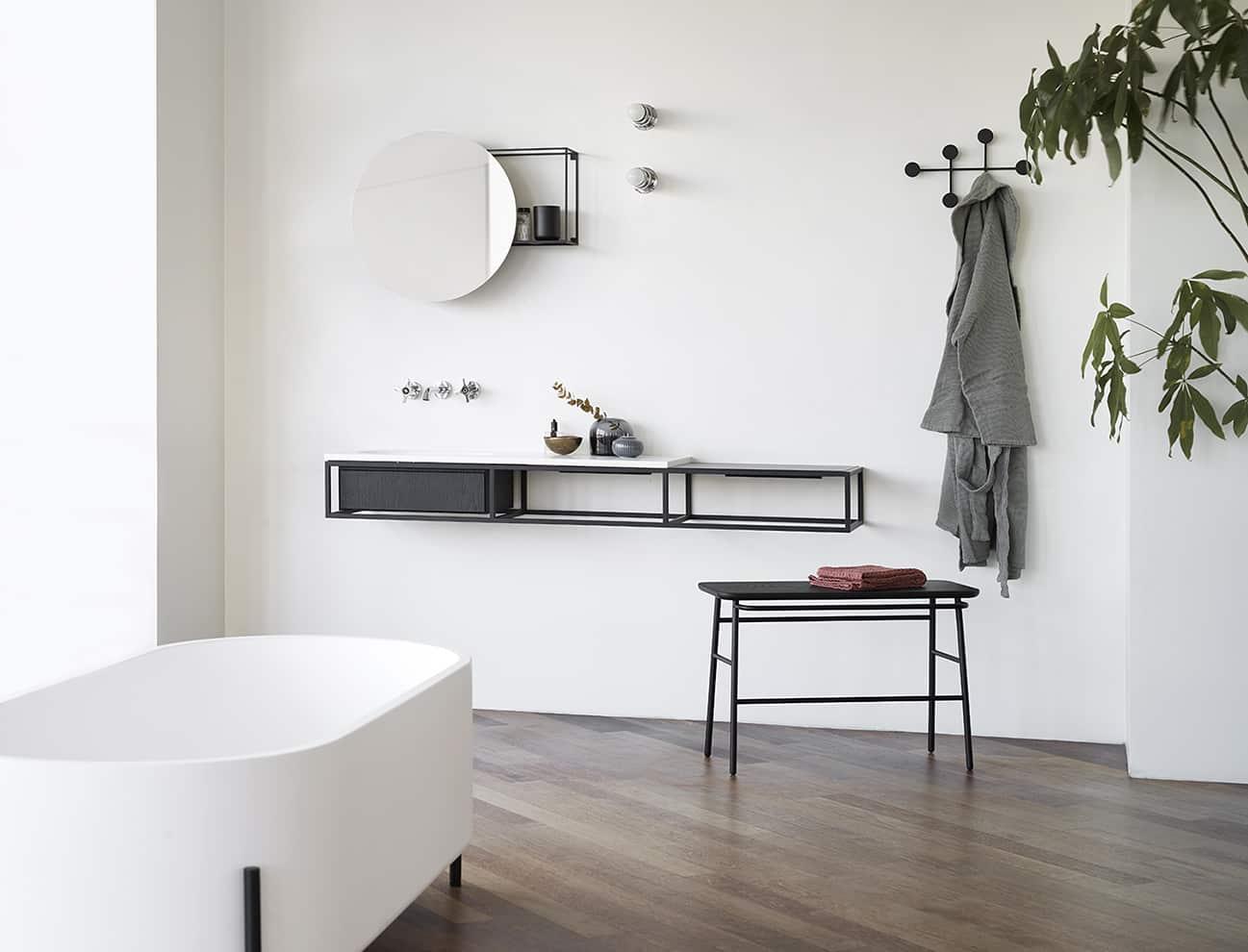 Ex.t, Frame - Meuble vasque modulaire et polyvalent, en chêne fumé et travertin Navona, inspiré des consoles de salle de bains industrielles danoises du XXème siècle. Design Norm. Architects. ©Ex.t