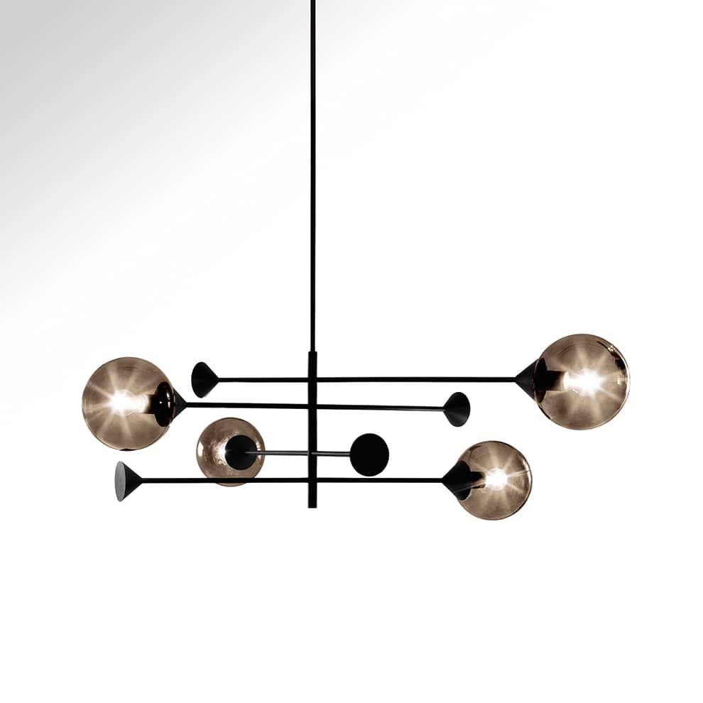Giorgetti Atmosphere, Kendama - Suspension avec cadre en métal bruni et sphères en verre soufflé de Murano. LED. Ø 146 x H 141,5 cm. Design Massimo Zazzeron. ©Giorgetti Atmosphere