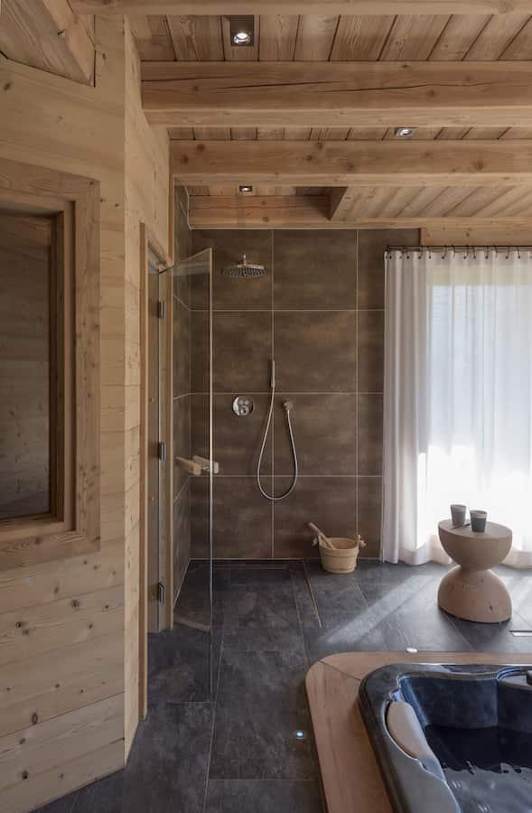 L'espace bien-être se pare d'un spa Aqua-Nova et d'un sauna Tylö. Robinetterie Select d'Hansgrohe, chez Richardson. Tabouret Clessidra de Mario Botta pour Riva 1920. Revêtements grès cérame choisis chez Mattout Carrelage.