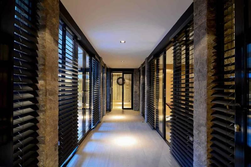 L'espace bien-être joue sur la transparence grâce aux menuiseries réalisées sur-mesure par Jansen. Elles cadencent l'intégralité du sous-sol et participent à une perspective modulable à souhait.