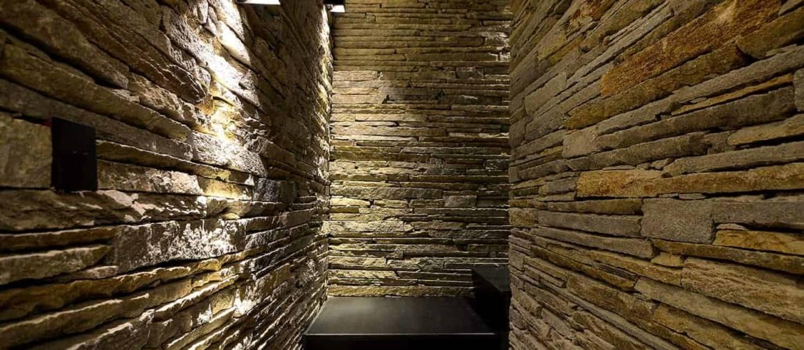Escalier en pierre de Luzerne et métal « bleu » menant à l'espace bien-être.