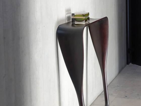 ClassiCon, Tadaima (littéralement « je suis de retour ») - Console murale en chêne massif teinté noir, inspirée de la forme d'une pagaie. L 73 x H 88 x P 21 cm. Design A+A Cooren. ©ClassiCon
