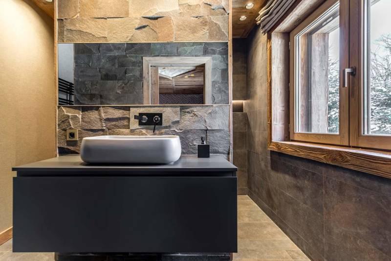 Chalet Luxor Megève -La salle de bains prône la luxure des matériaux et des finitions remarquables.