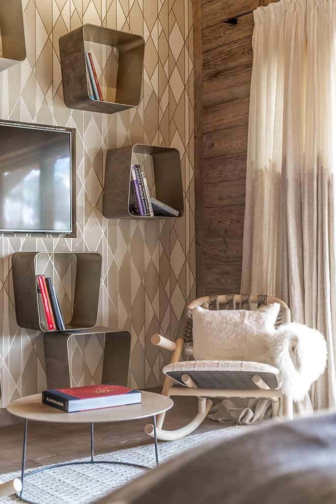 Chalet Luxor Megève - Au verso, la chambre offre un regard plus contemporain dynamisé par le papier peint Geometric de Cole & Son et s'ajoute l'insertion des tabourets WGS de Gallotti&Radice, ici travaillés comme des étagères. Rideaux Bisson Bruneel.