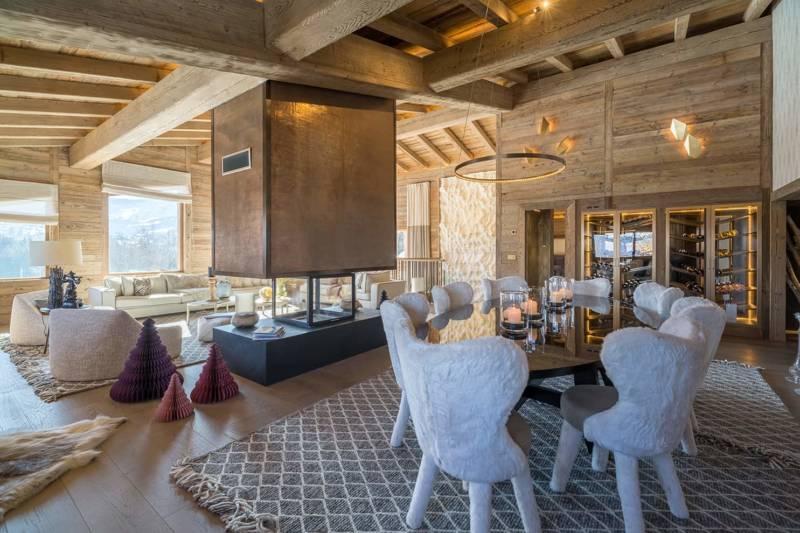 Chalet Luxor Megève - La salle à manger quant à elle réchauffe l'ambiance avec ses assises La Fibule ceinturant la table Tundra de JNL. Suspension Circle Le Deun Luminaires et appliques Abstract, CTO Lighting.