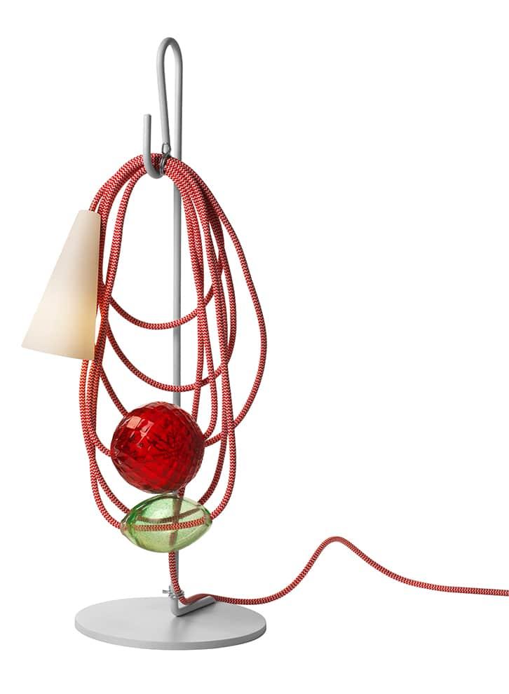 Foscarini, Filo - Lampe de table en métal verni, porcelaine, tissu et verre de Murano. Modèle Emerald King. H 58 cm. Source LED. Design Andrea Anastasio. ©Foscarini