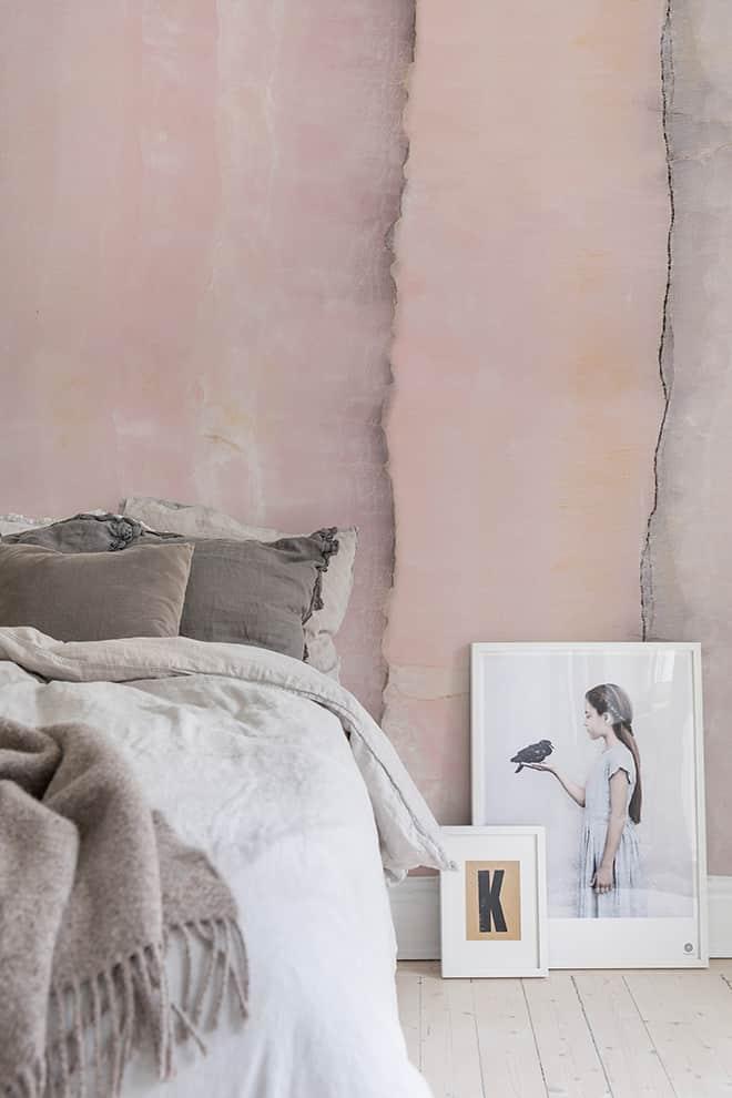 Collection Dusty Pink. Modèle Agate, aux nuances imitant la pierre. ©Rebel Walls - Au Fil des Couleurs