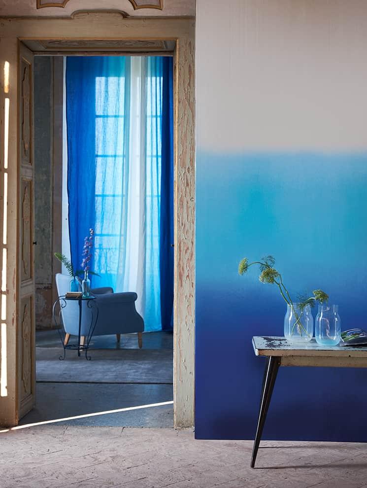 Papier peint Savoie Cobalt. Support intissé. Lé 45 cm. ©Designers Guild