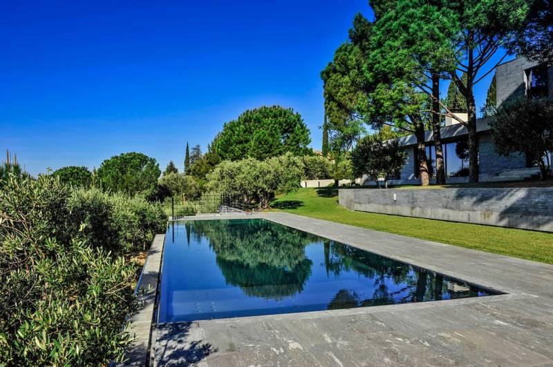 Trophée d'Or dans la catégorie «piscine familiale de forme angulaire». Dimensions : 16 x 1,40 mètres avec une profondeur de 1,40 mètre. Piscine miroir en inox, à débordement, construite en atelier. ©Steel and Style