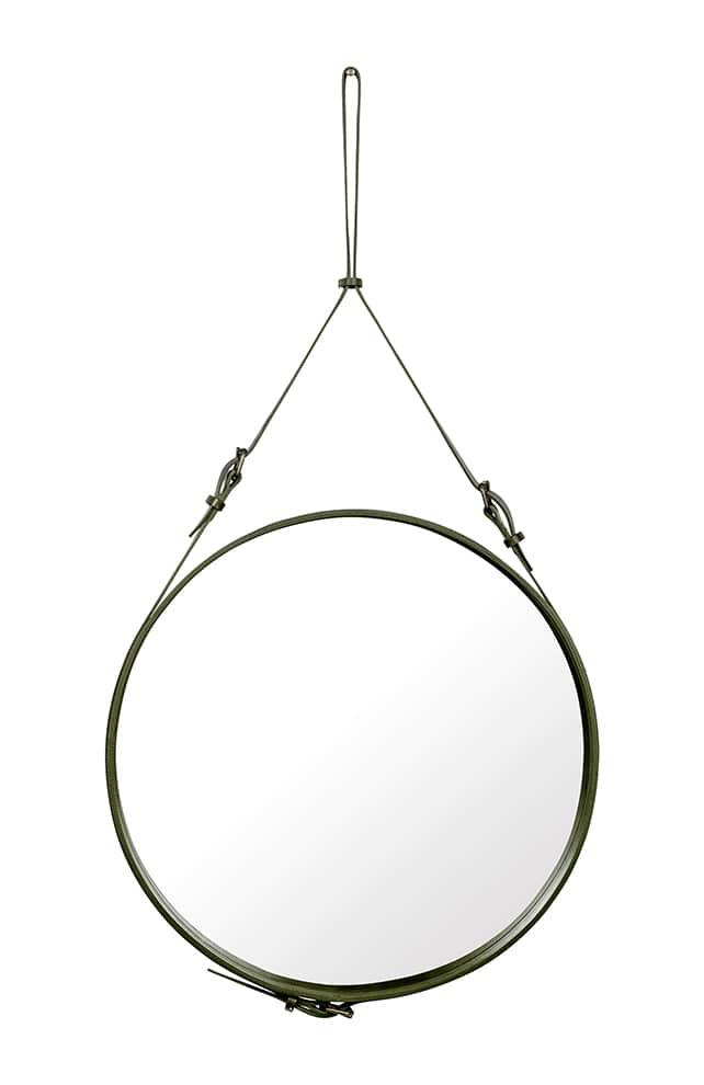 Réédition du miroir mural Adnet en cuir italien coloris vert olive et support mural en laiton. Ø 45 cm. Design Jacques Adnet. ©Gubi