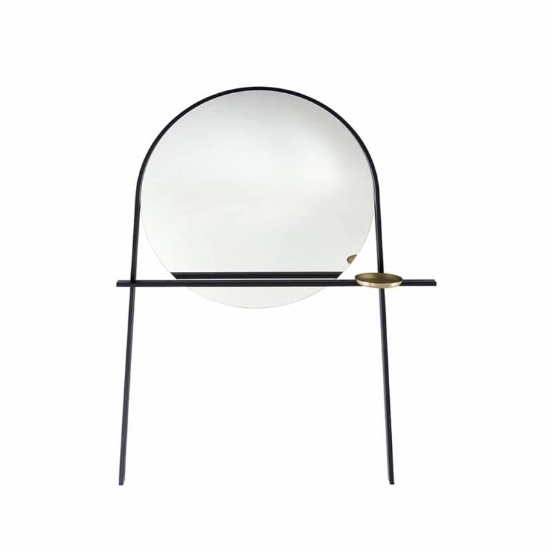 Miroir-valet Geoffrey, en acier laqué noir et coupelle vide-poches laitonnée aspect brossé. L 148 x P 30 x H 192 cm. Design Alain Gilles. ©Ligne Roset