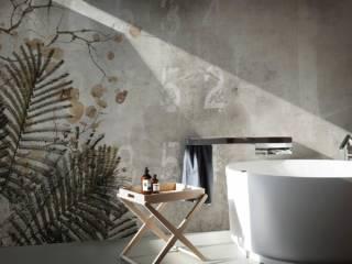 Papier peint avec système Fiberglass, fibre de verre composée à partir d'un tissu réalisé de fils spéciaux imprimés avec des encres à base d'eau. Une colle spécifique permet à la fois de recouvrir le plâtre ou des revêtements existants et la finition polyuréthane concède une pose dans les zones humides, telles que les salles de bains, les spas, les douches, etc. Décor Acacia, imitation béton. ©N.O.W. Edizioni