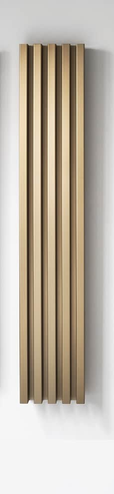 Radiateur Soho, finition anodisée bronze, disponible sur la version sèche-serviettes. Existe en 4 dimensions. ©Tubes