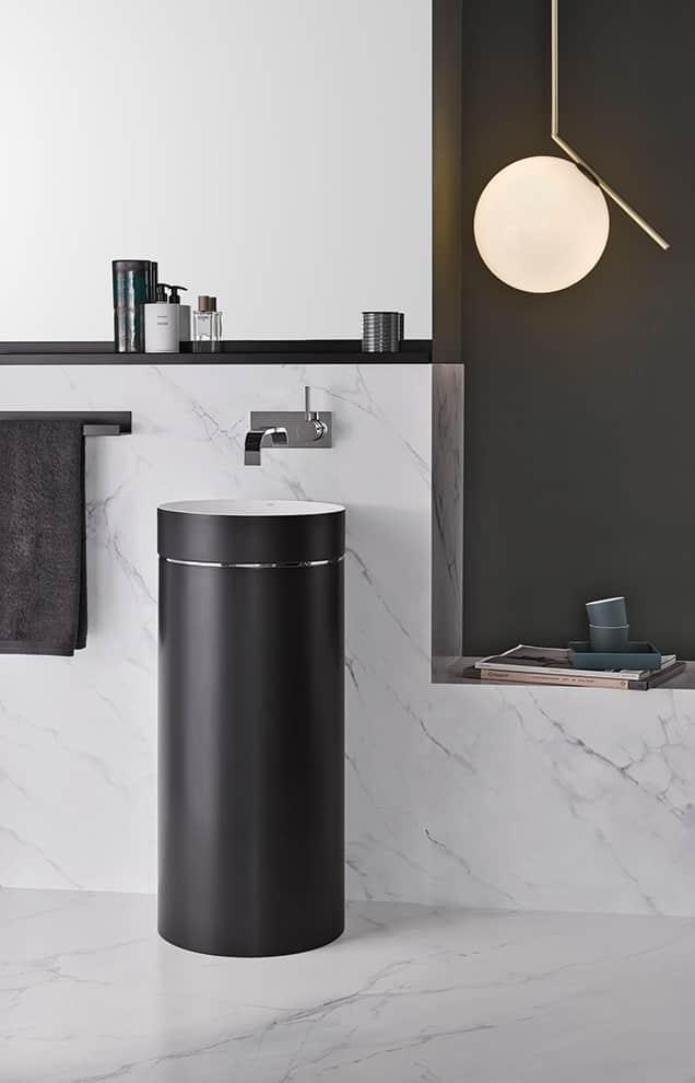 La vasque Unisono présente un revêtement spécial en émail « Bicolor », contrastant par le noir et le blanc et mat et brillant. Avec seulement 3 mm d'épaisseur, la vasque ronde vise la précision, avec une surface blanche qui s'arrête précisément au rayon extérieur. ©Alape