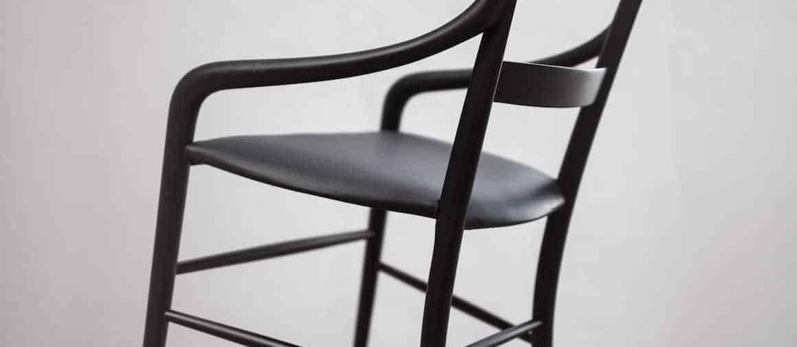 Assise CC01 revisitant la chaise classique Chiavari de Descalzi, avec des accoudoirs abaissés plus ergonomiques en bois laqué noir et cuir. Photographe Alberto Strada. ©Kensaku Oshiro