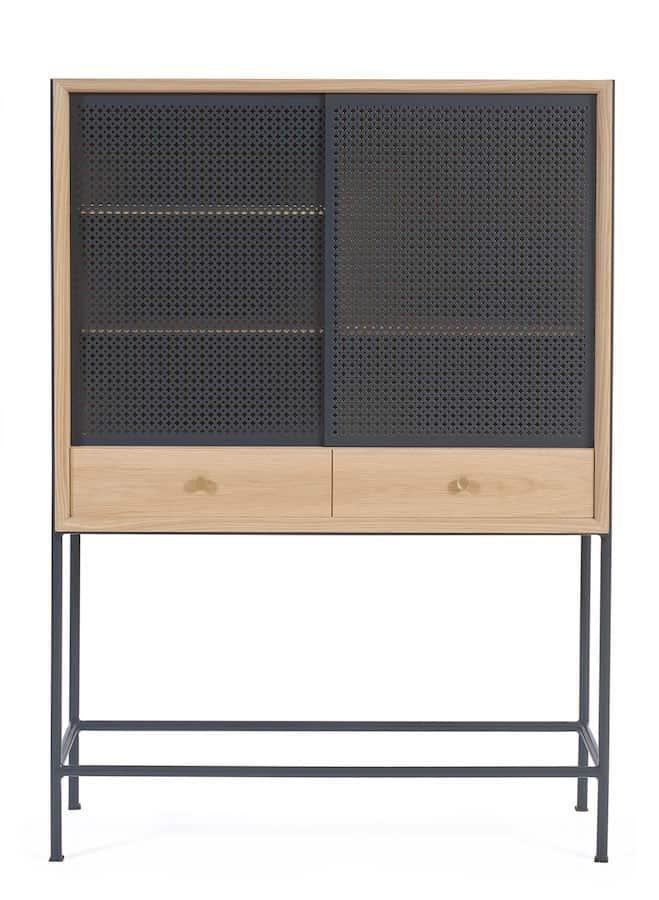 Cabinet Gabin, en MDF plaqué chêne, tiroir avec tablette coulissante, portes coulissantes en métal perforé laqué mat et poignées finition laiton brossé. ©Hartô
