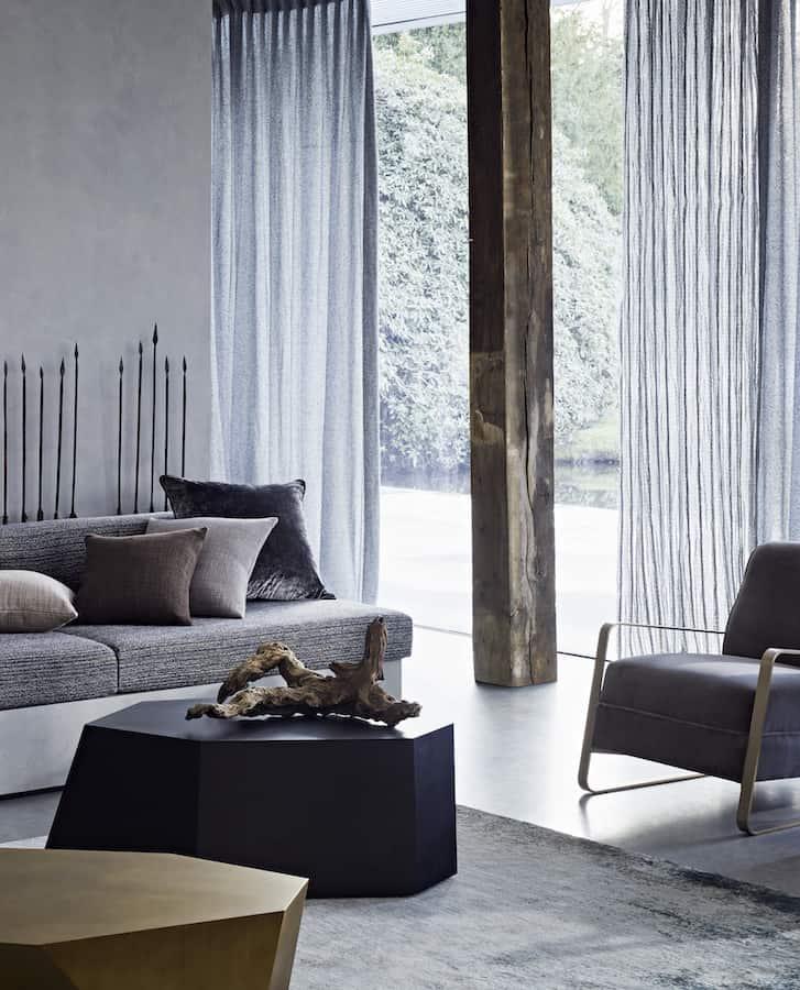 Tissu Nirvana, motifs zig-zag, en polyester Trevira CS. Laize 135 cm/Micro-Jaquard Karl, en polyester Trevira CS. Laize 140 cm. /Usage : siège. ©Rubelli Venezia