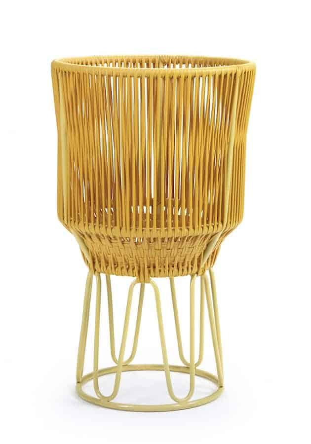 Jardinière Circo, collection Sala, avec structure en acier tubulaire et tissage synthétique coloré pour usage extérieur. Design Sebastian Herkner. ©Ames