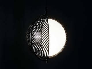 Luminaire Mondo pour Oblure, composé de 4 enveloppes de métal mobiles se chevauchant. ©Oblure