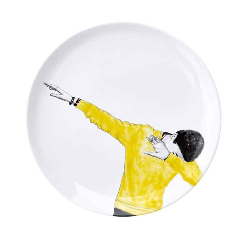 Plat Dab, collection Monthly Plates, en terre blanche, émail blanc, oxyde noir et jaune. Décoration à la main. ©Faïencerie Georges