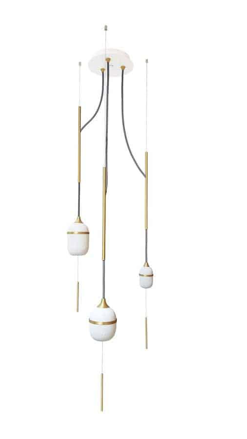 Suspension Trio Fleur de Kaolin, en porcelaine, laiton brossé, acier laqué et fil tissé coloré. ©Designheure