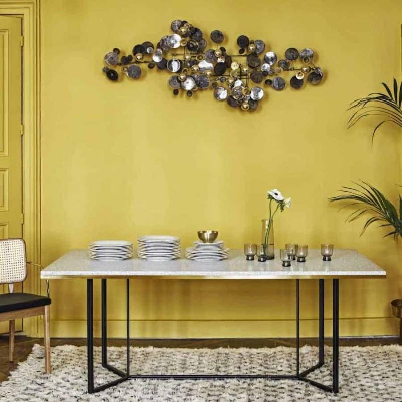 Table en terrazzo sur bois contreplaqué cerclé de laiton. Chaise en chêne massif, revêtement en cuir et accoudoirs en laiton. ©Red Edition