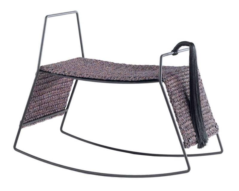 Tabouret à bascule en acier noir et assise tricotée à la main mêlant coton et polyester. ©Iota