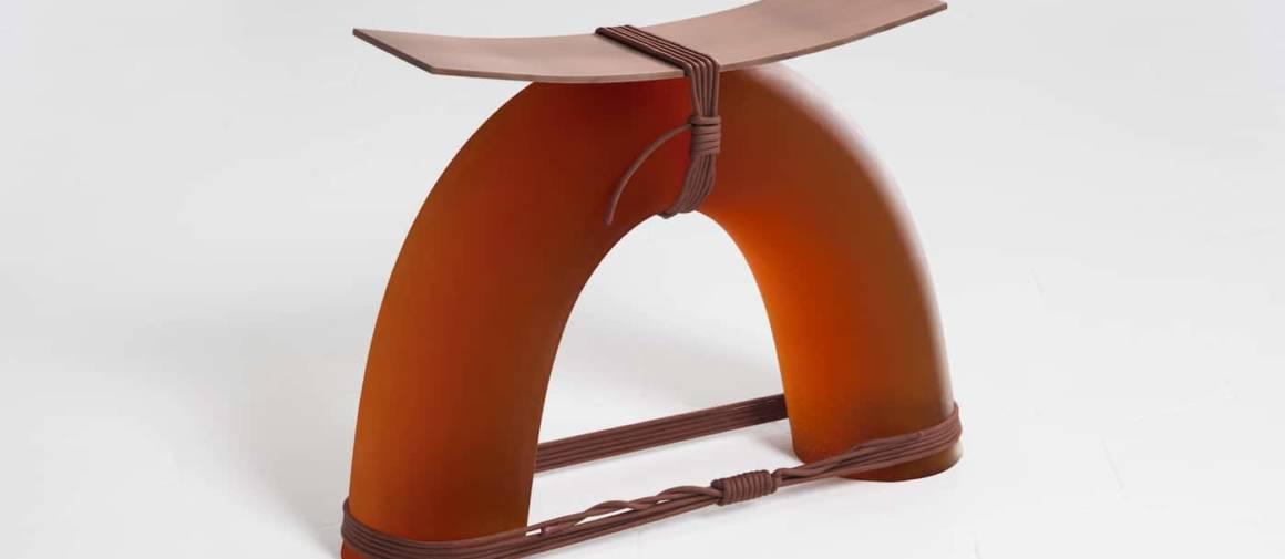 Tabouret Equilibrium Stool, en caoutchouc uréthane flexible, corde synthétique et assise en cuivre. Photographe Giulia Piermartiri. Galerie Rossana Orlandi.
