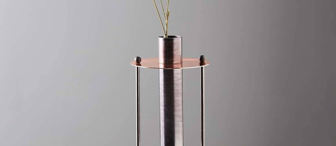 Vase contemporain Elettra pour Mingardo, en cuivre et fer, jouant sur les contrastes pleins et vides. ©Mingardo