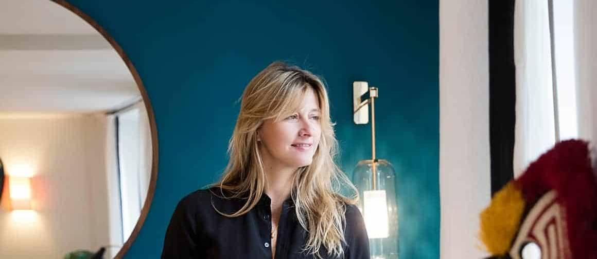 Portrait Sarah Lavoine devant son « bleu Sarah». Photographe François Darmigny