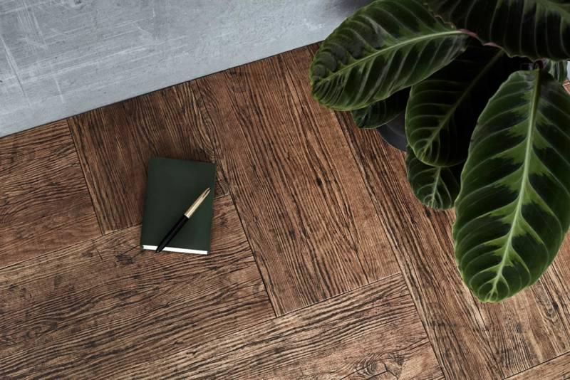 Parquet Roble Canaleto, en chêne décoré par David Galvañ et Lorena Ruisi. Les deux designers ont utilisé la technologie d'impression numérique Valresa pour souligner le caractère organique et noble du bois naturel. Ainsi, le parquet a une apparence vieillie, rendue possible par le changement de grain, d'usure et de tonalité. ©MH Parquets