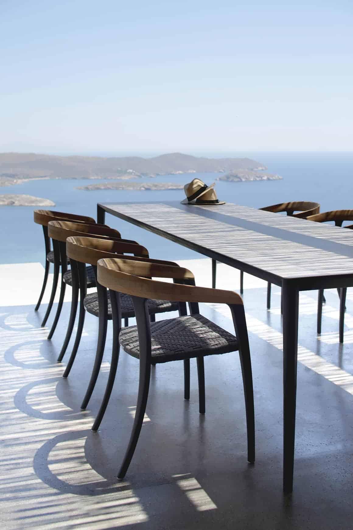 Collection d'assises Jive, mêlant le teck, l'aluminium et les fibres d'oléfine. H 73,5 x P 55 x L 53 cm. Design Kris van Puyvelde. ©Royal Botania