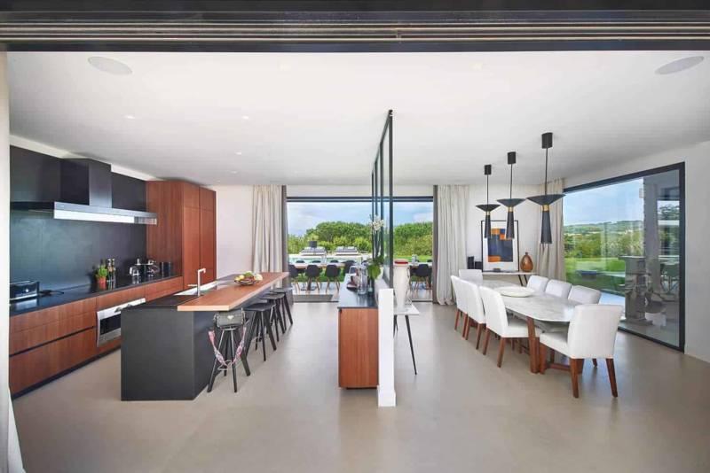 La cuisine Varenna aligne ses modules, parfaitement parallèles à la salle à manger, portant la perspective dans l'axe du jardin.