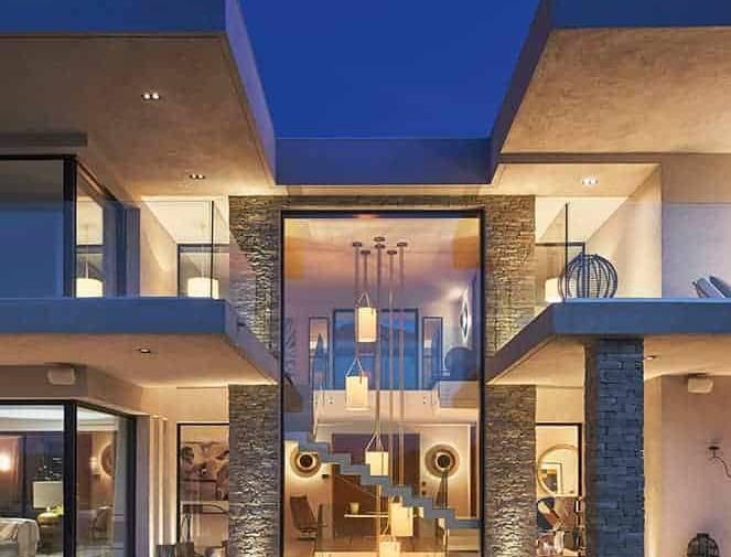 Avec ses 6 mètres de hauteur, ce vitrage s'inscrit comme le centre névralgique de cette villa. À travers lui, on ne peut que s'incliner devant la maîtrise des perspectives, des symétries et des finitions.