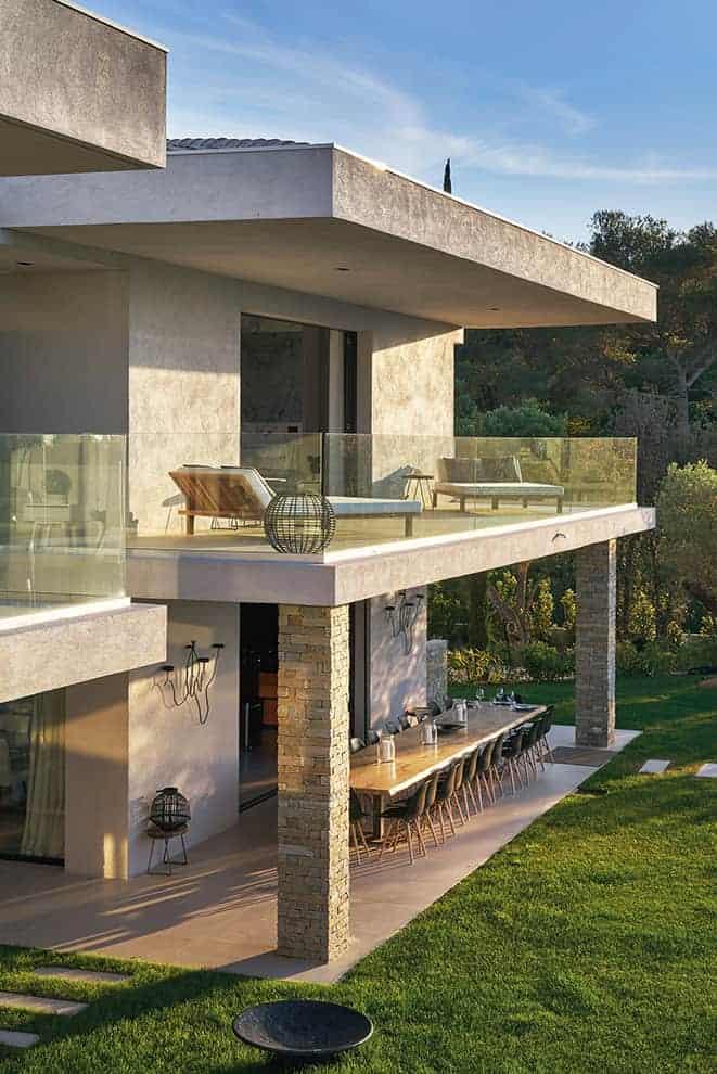 Avec un dessin rythmé par les porte-à-faux et les matériaux, la villa tourne son regard vers le jardin et la piscine, un mariage intérieur/extérieur démultiplié par les nombreux châssis fixes et les ouvertures à galandage, réalisés sur-mesure par l'entreprise de travaux générale LCRB BAT.