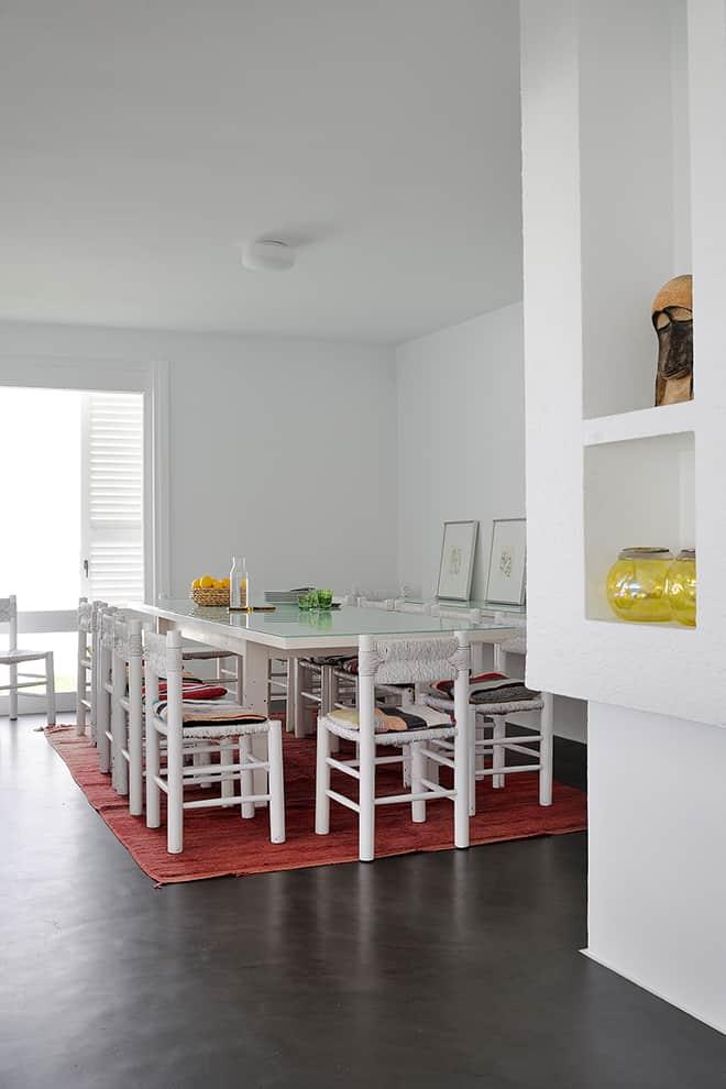 Pour l'ameublement, le couple a gardé précieusement le mobilier laissé en l'état, comme les chaises de la salle de manger, ou le mobilier de jardin en osier, trônant sur la terrasse.