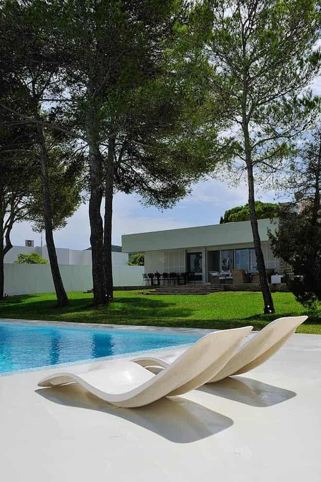 La piscine créée par les propriétaires joue la carte méditerranéenne avec son blanc immaculé de la mosaïque à la plage en béton.